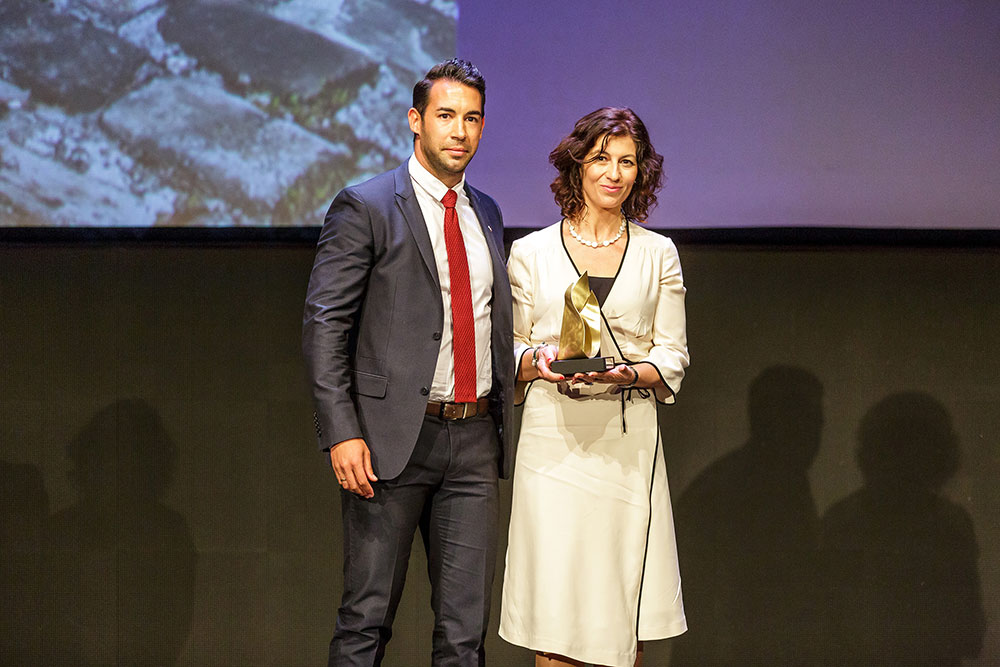 Sara-Martinez-Directora-de-Hotel-Pamplona-El-Toro-recoge-el-premio-Hot-Concept